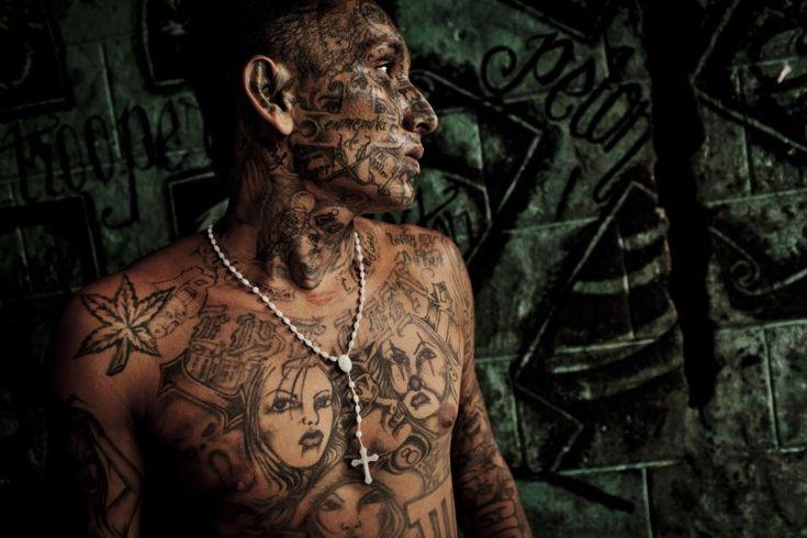 Tomás Munita  EL SALVADOR GANGS  San Salvador, El Salvador  16 agosto 2012  Un membro di una delle due più violente gang di El Salvador, per il momento in una fase di tregua. El Salvador è uno dei paesi più violenti del continente americano.