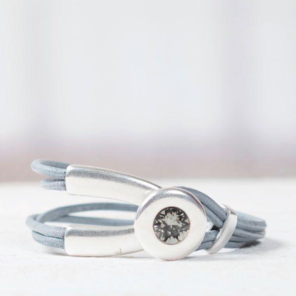 Lederarmband grau mit einem Armbandverschluss mit Fassung für Swarovski Chatons  #lederarmband #leatherbracelet #swarovskischmuck #diyschmuck #schmuckanleitung #schmuckshop #selbstgemacht #jewelrymaking #schmuckdesign #schmuckideen