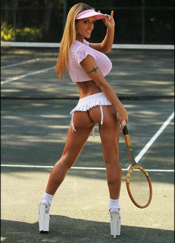Free women in tennis voyeur