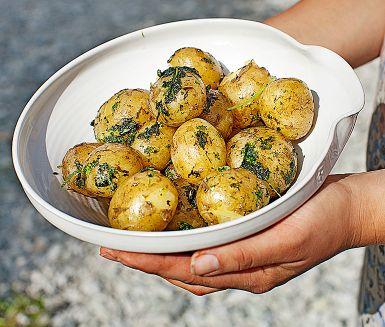 Sätt extra smak på den nykokta färskpotatisen med en örtig basilika- och persiljeolja. Den ljumma potatisen drar åt sig fint av alla smaker och det kommer att dofta mer än ljuvligt. Servera på buffén, till grillat eller varmrökt fisk.