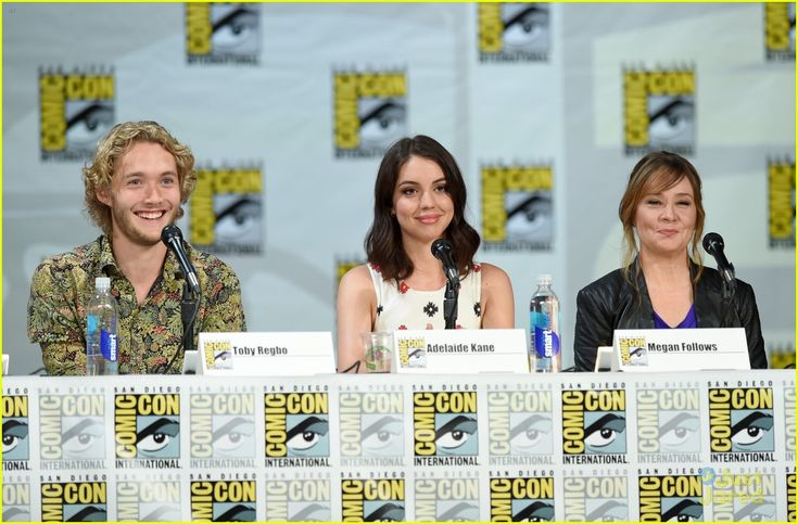 Adelaide Kane & Toby Regbo Are In Full On Adorable Mode at Reign's Comic Con 2014 Panel | adelaide kane toby regbo reign sdcc panel 16 - Pho...