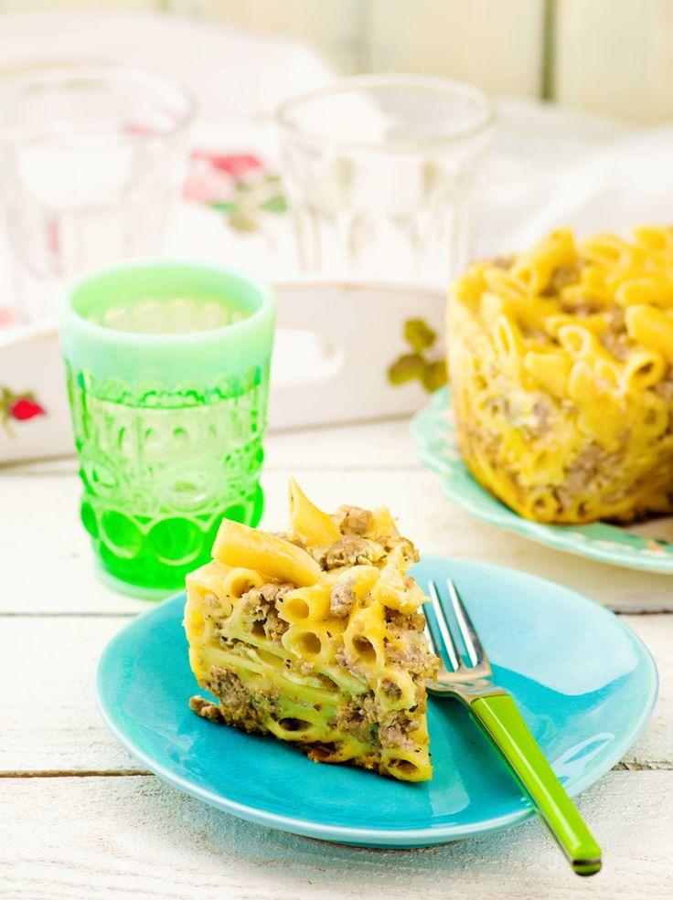 Învață să faci această rețetă clasică de macaroane cu brânză la cuptor, care poate fi preparată atât în variantă dulce, cu stafide, cât și sărată, cu mărar.