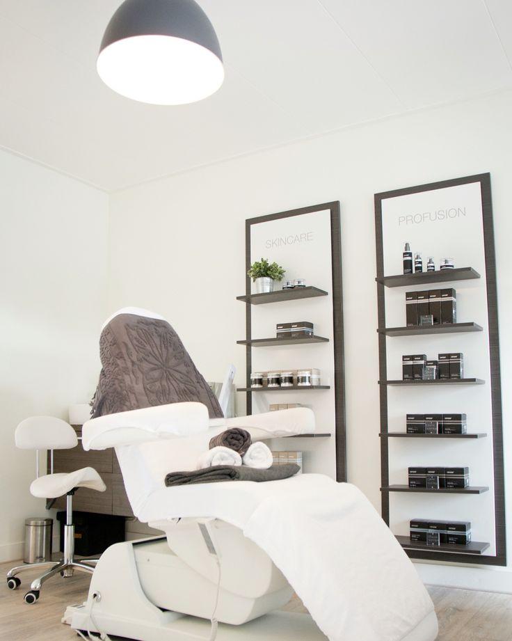 Afbeelding: Dit is een zeer handige stoel. Hier kun je zowel een gelaatsverzorging als een pedicure en massage op uitvoeren. Manicure en make-up kan je ook hierop uitvoeren maar dit is minder handig. #behandelstoel