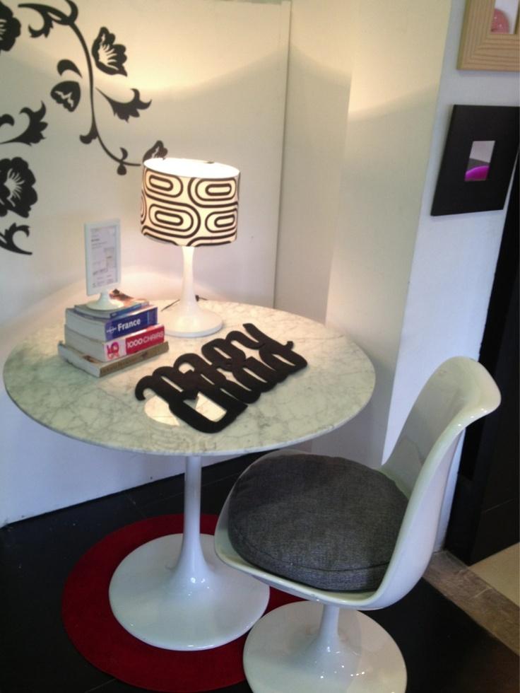 Mesa de marmol de 90 y 120cm, y sillas con cojínes en gris y rojo, aquí disponibles en nuestra tienda