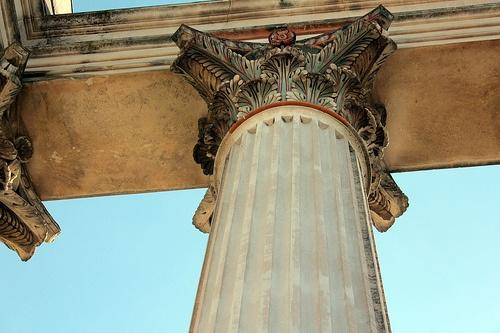 Kapiteel: bovenste versiering op een zuil (korintisch) bladvormen (acantus bladeren).