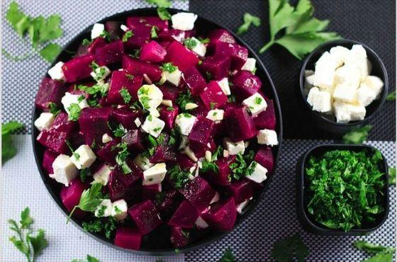 Простой и изысканный салат из феты и свеклы