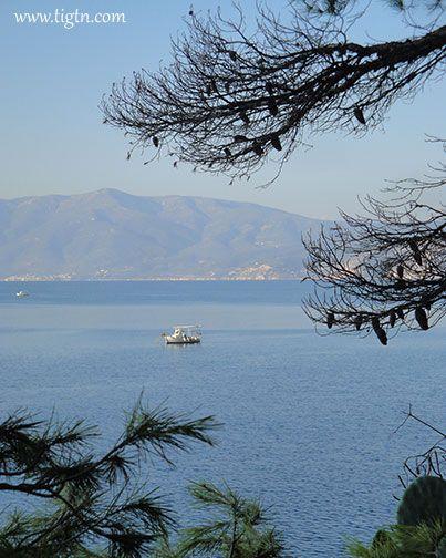 Fishing boat in the #Argolic Gulf as seen from #Arvanitia in #Nafplio