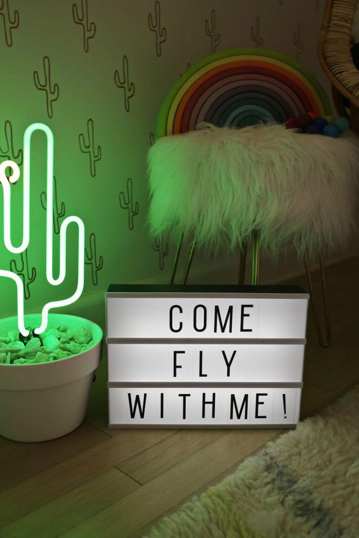 Quarto de Menina - Rosa e Dourado - Palm Springs - Decoração de Quarto de Menina - Quartos de Menina Decorados - Girls Room - Quarto Infantil - Decoração de Quarto Infantil - Quarto de Criança - Janela Grande - Cacto de Pelúcia - Cactus - Papel de Parede Cacto - Banquinho com Pés Dourados - LightBox - Message Board - Caixa de Luz com Mensagem - Decoração com Neon  - Cacto de Neon - Letreiros Neon - Iluminação Neon - Fun Neon - #BlogDecostore