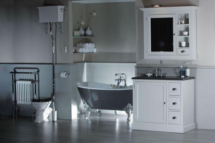 Klassieke badkamer, stoer bad op pootjes, robuust bad meubel en een prachtige klassieke radiator.