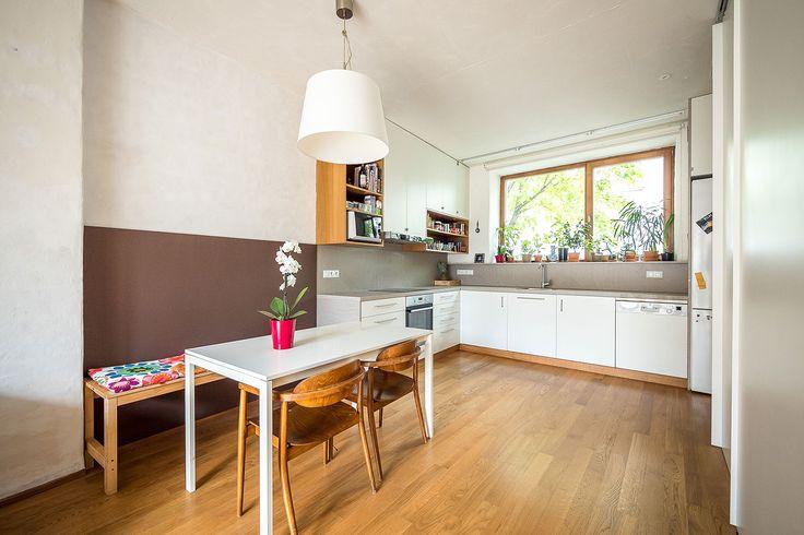 V přízemí domu se nachází kuchyně spojená s jídelnou a obývacím pokojem. Za lavicí u jídelního stolu je polstrování pro pohodlné opření a lenošení - ProŽeny.cz