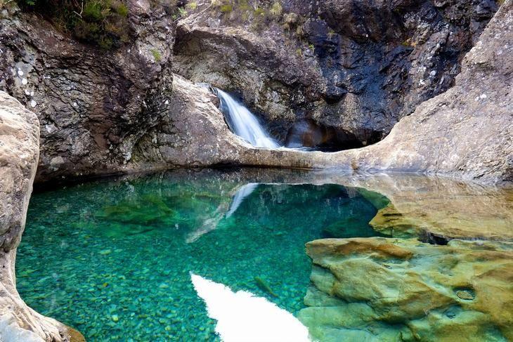 Las piscinas de hadas, isla de Skye    Estas aguas verdes y azules son tan frías como el hielo, y en general como el resto de Escocia.  Así que si te apetece mojar un poco los dedos de los pies, ve inmediatamente a calentarte con un buen whisky.