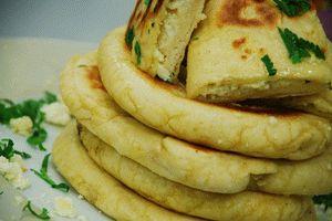 Malzemeler Hamuru  için 1 kg un 1 paket kuru maya 1 tatlı kaşığı tuz 1 su bardağı ılık su İçi için 500gr beyaz peynir Yarım demet maydanoz üzerine sürmek için tereyağı