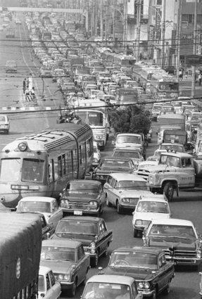 1969年4月24日、交通渋滞が深刻になった国道246号の渋谷駅付近。 (AP Photo/Keiichi Mori)