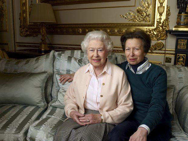 England: 21. April 2016 Auf einem zweiten Bild, das der Buckingham Palast anlässlich des 90. Geburtstages der Queen veröffentlicht, posiert sie mit ihrer Tochter Prinzessin Anne. Vor der Kamera von Annie Leibovitz wirken die royalen Damen sehr entspannt.