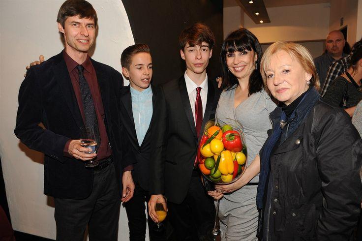 Nela Boudová, její synové Dalibor a Andrej, jejich otec Jan Lekeš a hereččina maminka Helena Boudová
