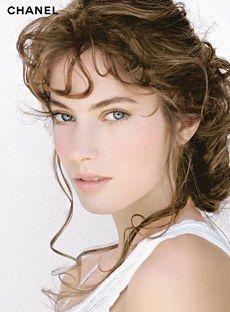 """Teint Innocence Chanel - Maquillage du teint - Le teint - Aujourd'hui, la perfection d'un maquillage est dans le """"savoir-estomper"""". Le fond de teint met en valeur le grain de peau avec élégance. Il existe différentes manières de l'appliquer, au doigt, au pinceau ou à l'éponge..."""