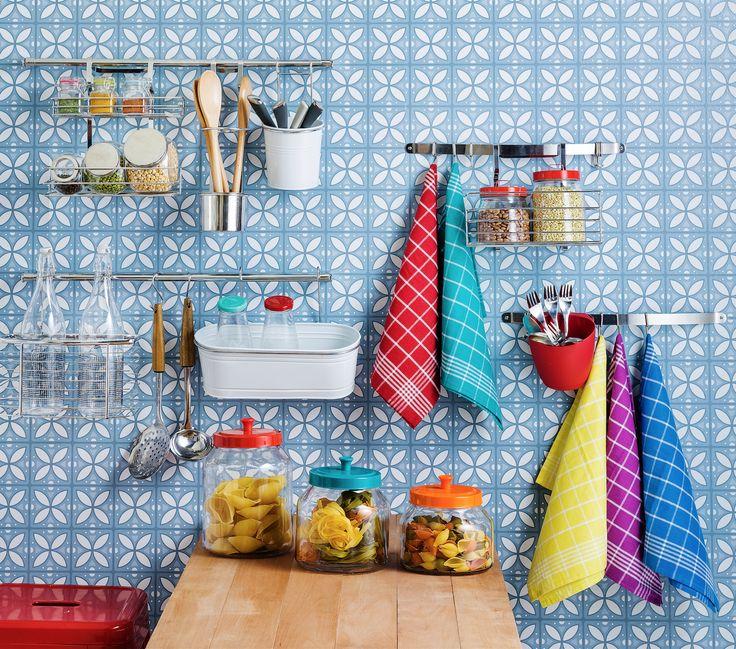 Ordena tu cocina con todos nuestros organizadores de muro. Podrás encontrar porta especieros, canastos, porta papel de cocina y barras organizadoras.