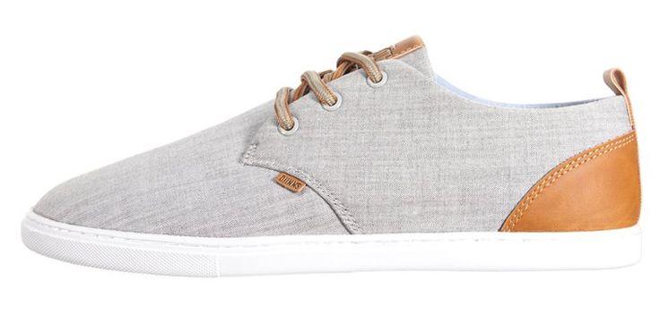 Lækre og elegante lysegrå sneakers til mænd med lysebrune læderdetalje. Og så er de netop nu på sommer udsalg, mums!
