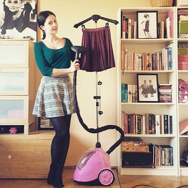 Coraz cieplej za oknem to i moje ukochane spódniczki wracają do łask. Dzięki @steamaster moja plisowana spódniczka, która przeleżała w szafie całą zimę, jest gotowa dosłownie w minute!  Polecam wszystkim którzy żyją w konflikcie z żelazkami - teraz mam ochotę prasować ciągle i wszystko co się da ✌️ #steamaster #prasowaniepara #para #prasowanie #zelazkodolamusa #rozowy #pink #iron #steam #yeah