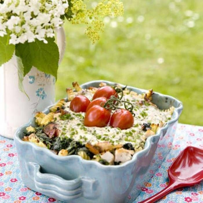 En krämig och god pastagratäng för hela familjen. Här är det bäst med fryst bladspenat, eftersom färsk spenat minskar väldigt mycket i volym när den värms upp.