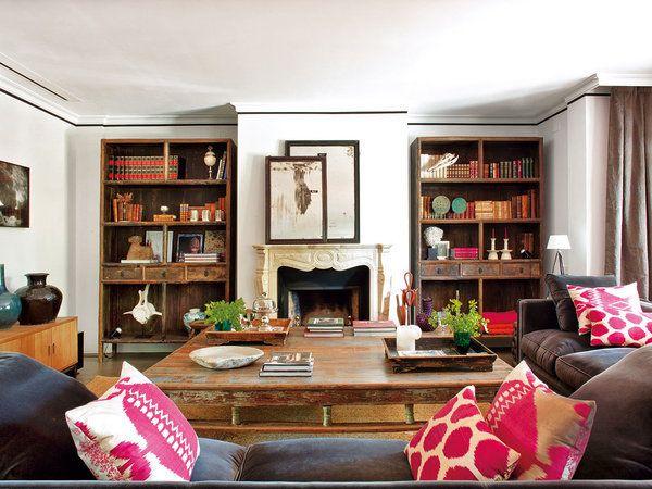 Composición simétrica en el salón, en torno a la chimenea con dos estanterías iguales