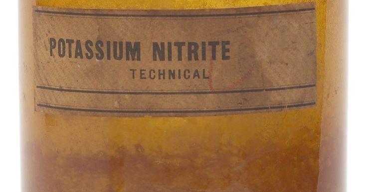 Como extrair salitre. O nitrato de potássio, também conhecido como salitre, tem muitas utilidades, incluindo a produção de pólvora, fusíveis e fertilizante para plantas. É um bom oxidante e um componente do solo rico em matéria orgânica. A obtenção de salitre da terra requer uma sequência de extração para remover os cristais de nitrato de potássio dos outros ...