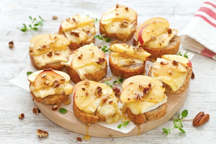 Per un aperitivo o un antipasto facile, i crostini alle mele, Brie e miele, sono una ricetta semplice di stuzzichini irresistibili