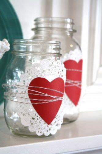 Botes de vidrio decorados con corazones de papel y baker's twine #SanValentin…