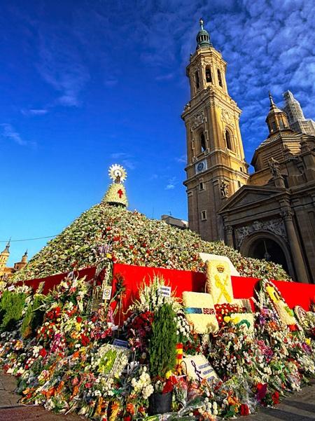 Ofrenda de flores a la Virgen del Pilar, Zaragoza. Iba a 1a. hora de la mañana y con el ramo de flores blancas para que se las pusieran cerca de la Virgen.