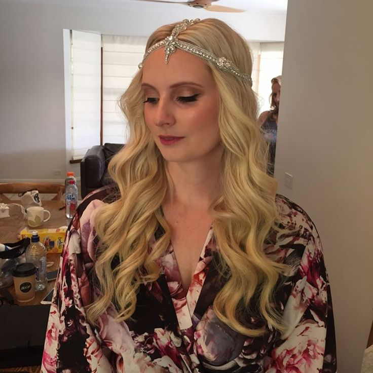Rebecca looking seriously amazing in her @annacampbellbridal headpiece ✨ Such a beautiful romantic bridal look. Winged eyeliner & waved hair. What a beautiful day for her wedding @baxterbarnau . So much fun getting these girls all ready | H+MU @makeupbysophieknox #makeupbysophieknox #MUA #makeupartist #morningtonpeninsulamakeupartist #melbournemakeupartist #bride