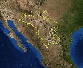 Mapa del desierto de Chihuahua (imagen satelital de la NASA): límites de la ecorregión basados en las ecorregiones del Fondo Mundial para la Naturaleza; la frontera entre Estados Unidos y México en negro.