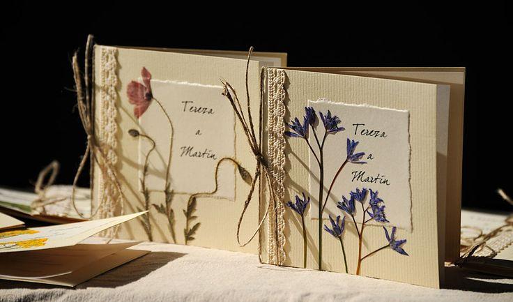 """svadobné oznámenia """"KVITNÚCA LÚKA II""""   Ručne vyrobené svadobné oznámenia - zdobené sušenými rastlinami. Doplněné bavlněnou krajkou. Vo vnútri text (podľa želania) vytlačený na papieri - pauzák. Oznámené previazané a zdobené so šnúrkou s mašličkou.   formát: 10,5 x 10,5 cm obálka v krémovej farbe  Oznámenia sa robia na objednávku, výroba trvá cca 2 ..."""
