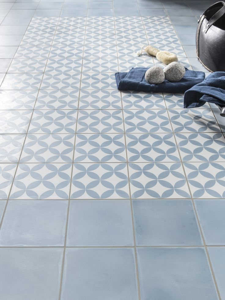 17 best images about carrelage on pinterest cement tiles - Carrelage bleu salle de bain ...
