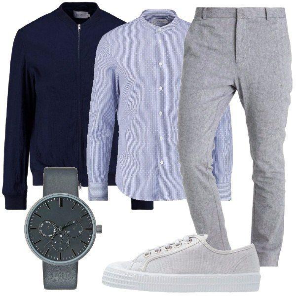 Un look uomo composto da: pantaloni grigi, in lino e cotone, camicia a fantasia, con collo alla coreana, giubbotto bomber, blu, con collo alla coreana. Abbiniamo sneakers in tessuto, grigie e orologio grigio.