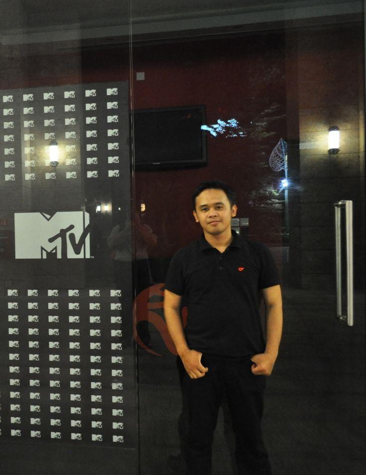#10 [DAY3-SIANG] Bang Tian kan jago akting, aku mau minta diajarin akting jadi penyiar MTV di kantor MTV Sentosa island. --- Halo anak nongkrong MTV!  Saya VJ Arya dan VJ Tian akan menemani kamu selama 1 jam kedepan di acara MTV Salam Dangdut. Kita tampilnya video pertama dari Titi Kamal. Check this out.. Pulang dari Sentosa, bawa oleh2 foto dan souvenir buat emak-bapak di Indonesia :)  Foto: Arya. Lokasi: Sentosa island. #SGTravelBuddy