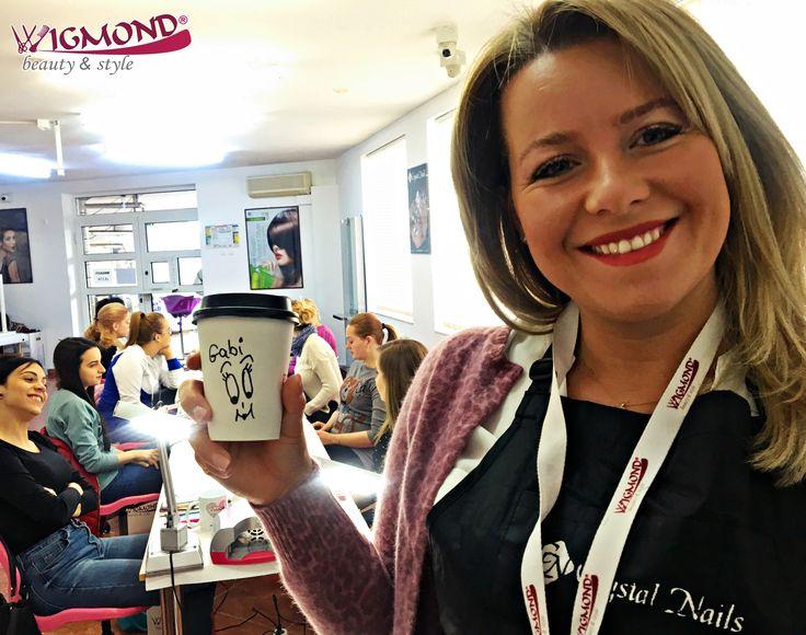 Buna dimineata de luni cu o #cafea puternica si delicioasa, care ne da energie pentru intreaga saptamana!  Asa a inceput ziua Trainerul #Wigmond - #CrystalNails Romania, Gabriela, impreuna cu primele cursante din acest an la cursul de #unghiitehnice.