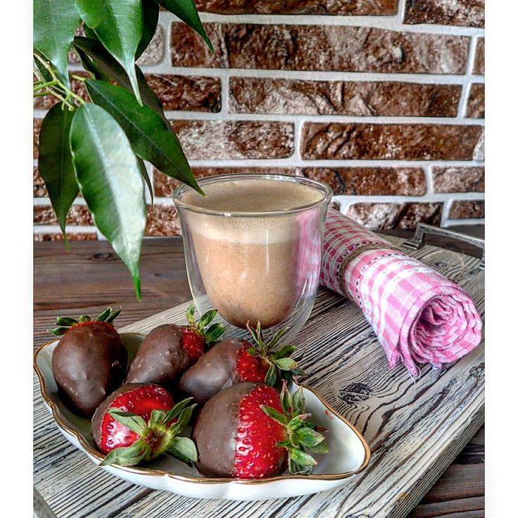 ▶ миндально-шоколадное  молоко (миндаль, вода, сыроедный шоколад) и клубника в сыроедческом шоколаде (какао-масло, кэроб,  сухое молоко)  #сыроедение #сыроедныерецепты #сыроедныйдессерт #веганскаяеда #вегетарианство #веганство   #raw #rawlara #rawfood #rawdessert #rawrecipes #vegan #veg #veganfood #vegandessert #vegetarian #vegetarianfood