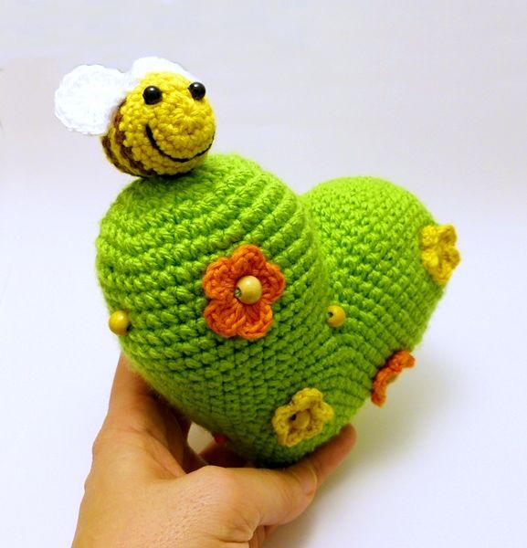 nagy tavasz szíve virágokkal és méhecskével / big heart of spring with flowers and bee