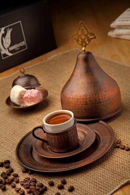 %100 El Yapımı Bakır Miğfer ve Türk Kahvesi Fincanı. Elde çekiçle dövülerek imal edildikten sonra eskitme efekti verilmiştir. Kurumsal hediyelik ihtiyaçlarınız için, özel karton hediye kutusu içinde, 1 adet bakır fincan 1 adet bakır tabak ve 1 adet bakır miğfer / www.rumiart.com