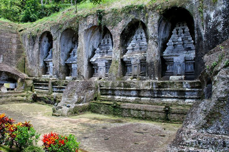 The GUNUNG KAWI Temple was built in the X century by Udayana, king of the ancient kingdom of Bali. This consists of 10 shrines carved into the side of a cliff and access you have to descend about 300 steps that, of course, later you will have to walk up.