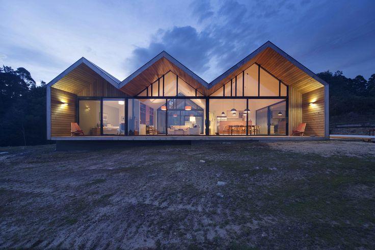 An inventive Tasmanian abode maximizes views of the landscape.