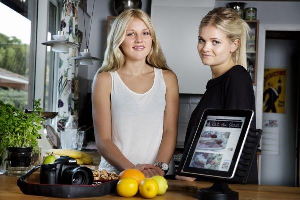 """De to piger bag madbloggen Plat du Jour har samlet deres bedste opskrifter i kogebogen """"Kom med i vores køkken"""", der udkommer marts 2013."""