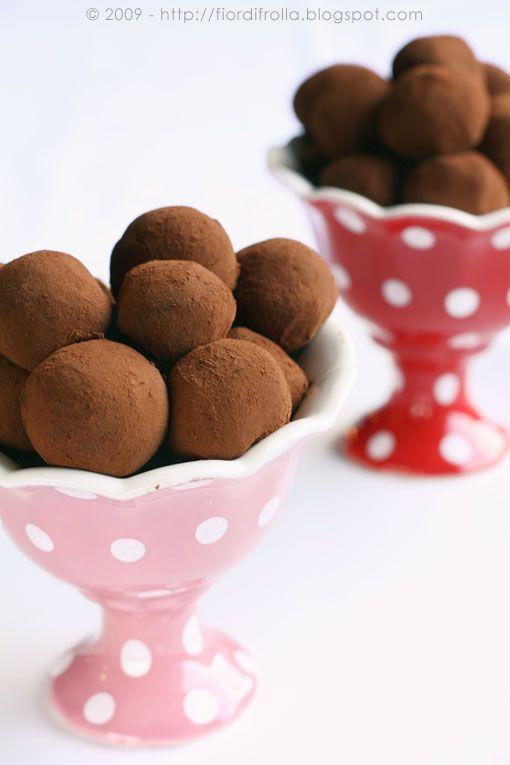 Piccola Pasticceria — Fior di frollaTartufi al caffé Ingredienti per circa 30-32 tartufi: 300 g di cioccolato fondente al 70% 200 g di cioccolato al latte 200 g di panna fresca 50 g di burro 2 cucchiai di caffè solubile Cacao amaro in polvere