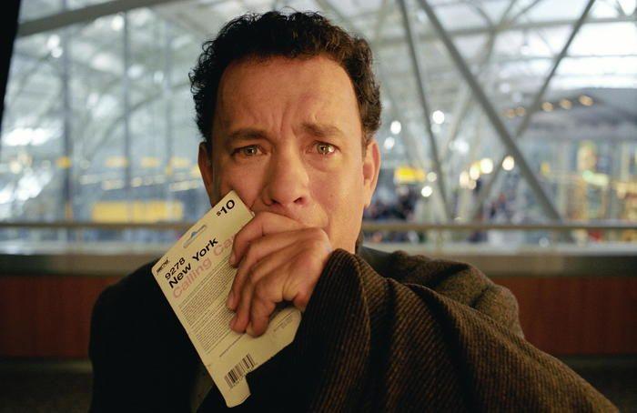 トム・ハンクス演じる架空の国、クラコウジア出身の主人公がアメリカ・ニューヨークのジョン・F・ケネディ国際空港に降り立ったところから映画が始まります。出国直後、自国にてクーデターが起きてしまったためにパスポートが失効。そのためアメリカへの入国もクラコウジアに帰ることもできなくなってしまい、空港で生活を始めるというストーリーです。  英語を話すことができない主人公はリーディングを新聞で、リスニングを自分の周りで英語を話している人から学びとり、スピーキングも語彙や使える表現が増えていくごとにみるみると上達していきます。羨ましいなと思う一方、一緒に英語の勉強を頑張ろう!と思える作品です。