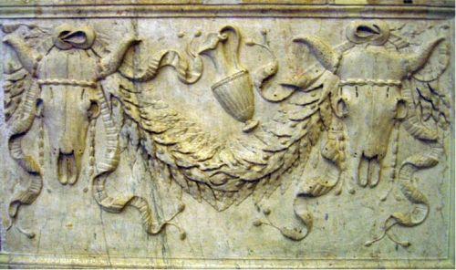 Пример римской фестоны (гирлянды) с лавровыми ветвями и черепами коров.