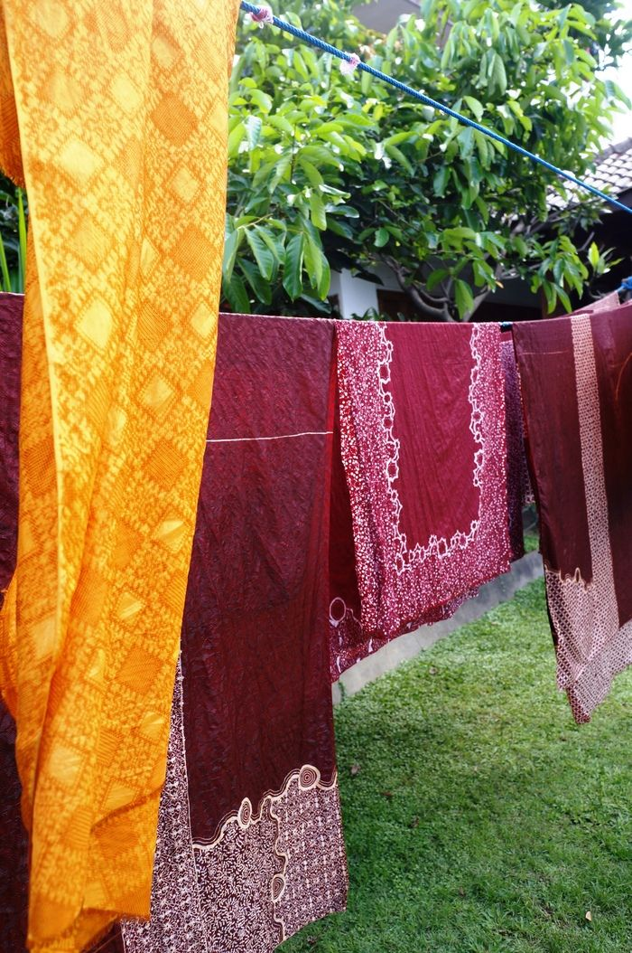Sun dried: The last process of your batik workshop includes drying it with direct sun. (Photo by Icha Rahmanti)