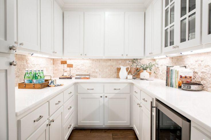 E 'probabilmente il sogno di ogni amante divertente per avere la comodità di dispensa un maggiordomo, e la famiglia Eberle non ha fatto eccezione. Abbiamo usato l'abbinamento impilati backsplash pietra, ripiani in marmo e mobili bianchi dalla cucina per creare questo spazio.