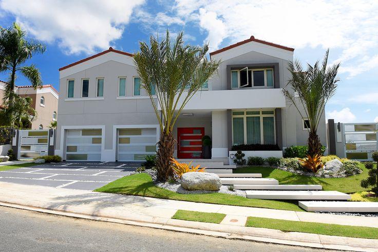 Aunque se trata de la remodelación de una vivienda unifamiliar en la urbanización Hacienda San José, en Caguas, el resultado es una casa única, que se distingue por su sobriedad y elegancia, que es moderna y funcional, pero que sobre todo parece hecha a la medida de sus dueños. La puerta principal, fabricada por EB …
