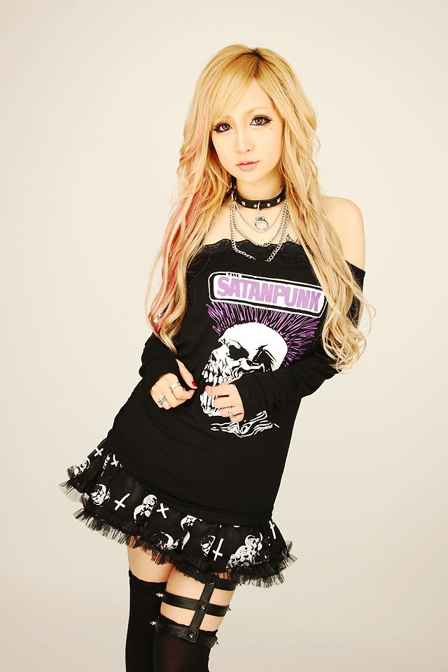 •○~ Gyaru fashion, ギャル♥ rokku style - outfit - tshirt - skull print - tutu - lace - garter belt - spikes - collar - chains - stockings - colored hair - red streaks - cool - cute - kawaii - Japanese street fashion✮ ~•○