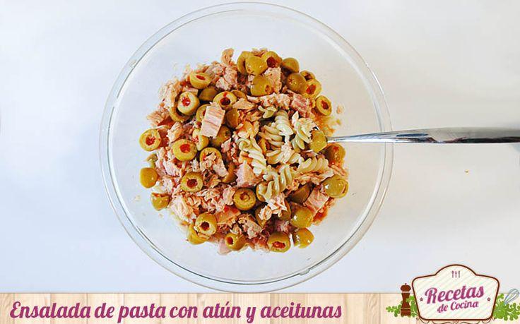 Ensalada de pasta con atún y aceitunas -  Durante el verano las ensaladas se convierten en una propuesta estupenda para comer la pasta de forma mas ligera y refrescante. Esta ensalada de pasta con atún y aceitunas es además de sencilla, una receta rápida. Podéis servirla en la mesa en tan solo 10 minutos; el tiempo que tarda en cocerse ... - http://www.lasrecetascocina.com/ensalada-de-pasta-con-atun-y-aceitunas/